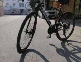 دراجة مع خوذه و قفازات